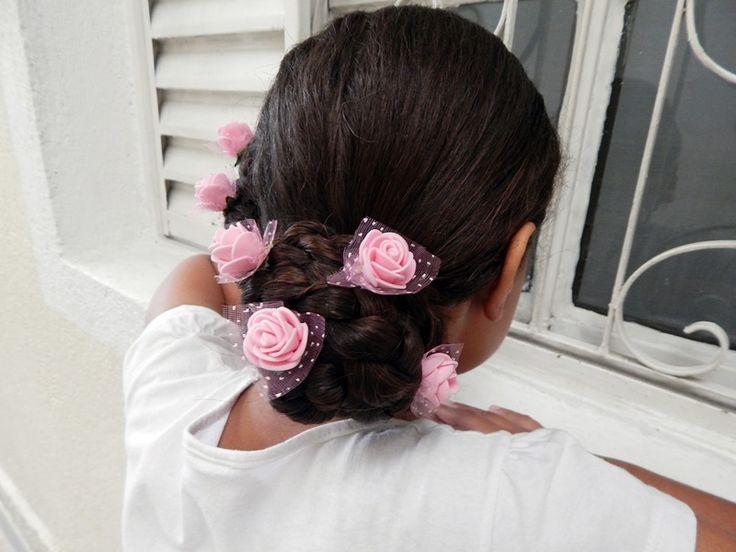 Penteado infantil com flores #penteadoinfantil #penteado #toddlerhair #toddlerhairideas #toddlerhairstyles #toddlerhairstyle #braid #bun #coque #flower #cabeloscacheados #cachos