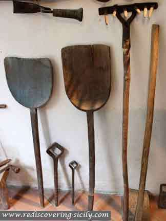Piazza Armenina Casa Contadina - farmer's tools
