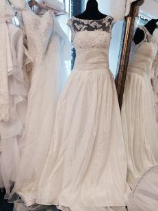 Underbar brudklänning med långt släp och vackert parti med spets och glitter vid bysten 796