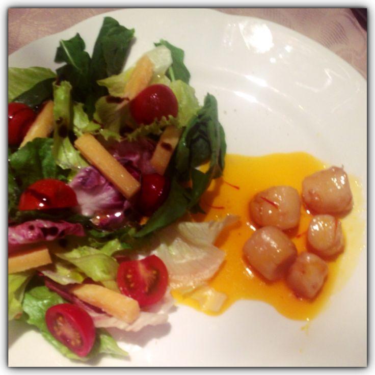 Salada romana com vieiras flambadas e calda de laranja com Açafrāo