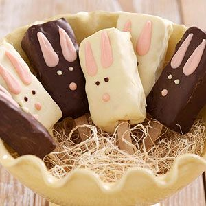 These bunny pops make a fun #Easter activity for the entire family. Simply put Rice Krispies Treats on popsicle sticks, dip in melted #chocolate, and decorate!