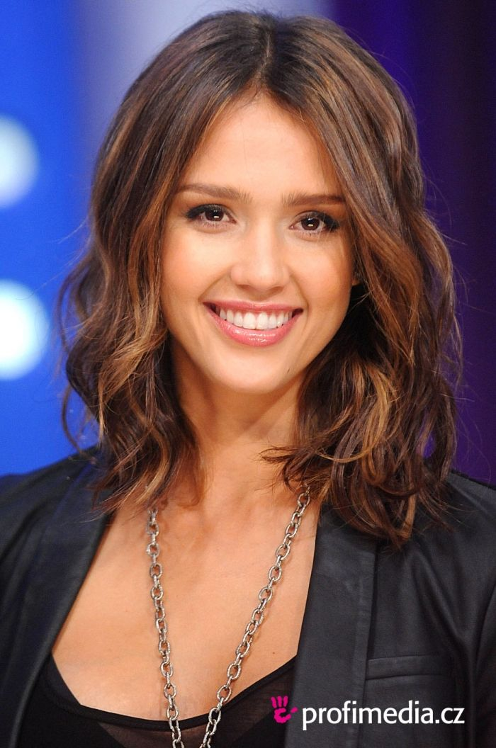 Jessica Alba medium length hair with caramel highlights