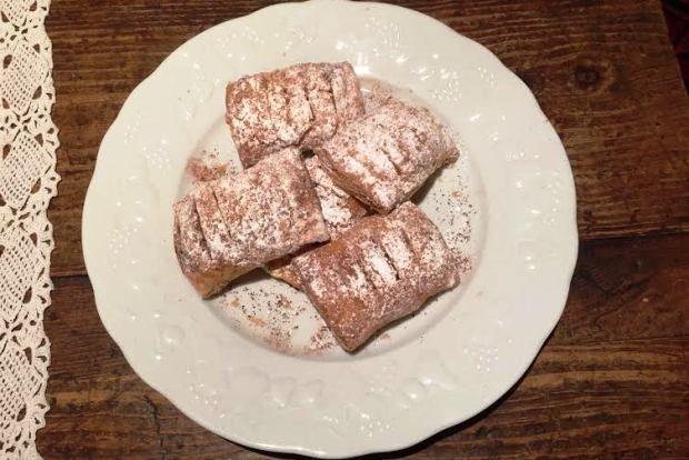 Αρκεί να έχεις σφολιάτα και βούτυρο, ζάχαρη και κανέλα και μήλα στο καλάθι για να φτιάξεις ένα από τα πιο εύκολα και νόστιμα γλυκάκια του κόσμου.