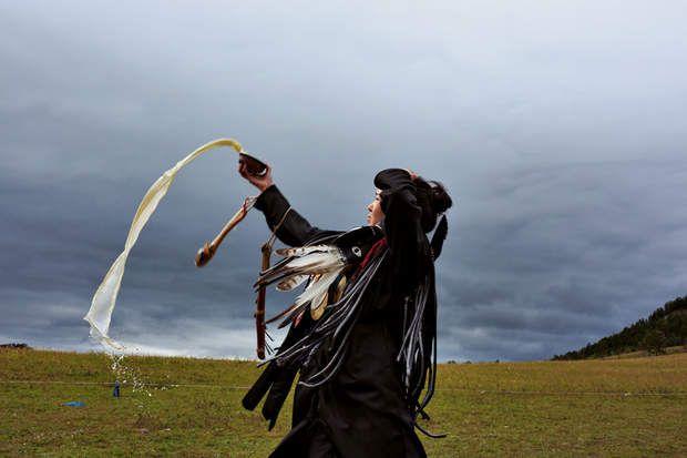 Une chamane fait une offrande de lait aux esprits lors de son initiation, à l'extérieur d'Oulan-Bator, la capitale de la Mongolie.