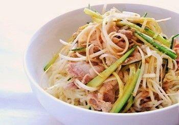 中華料理店で食べたメニューを、蒸し鶏に代わってしゃぶしゃぶ用の豚を使って再現したものだそうです。すりごま・ごま油・醤油・ラー油・おろし生姜の自家製たれで頂きます。