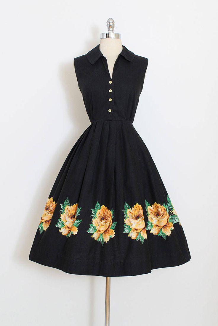 ➳ vintage jaren 1950 jurk  * zwarte katoenen shirtdress * gele rozen print geschilderd * metalen kant rits * knop front bodice  voorwaarde   uitstekende - normaal katoen wassen slijtage  past als xs/s  lengte 43 bodice 16 Bust 36-38 taille 26-27 Zoom uitkering 2.5  sommige kleding kunnen worden afgekapt op jurk formulier om te laten zien de beste pasvorm voor de juiste grootte.  ➳ Winkel http://www.etsy.com/shop/millstreetvintage?ref=si_shop  ➳ Winkel beleid http...