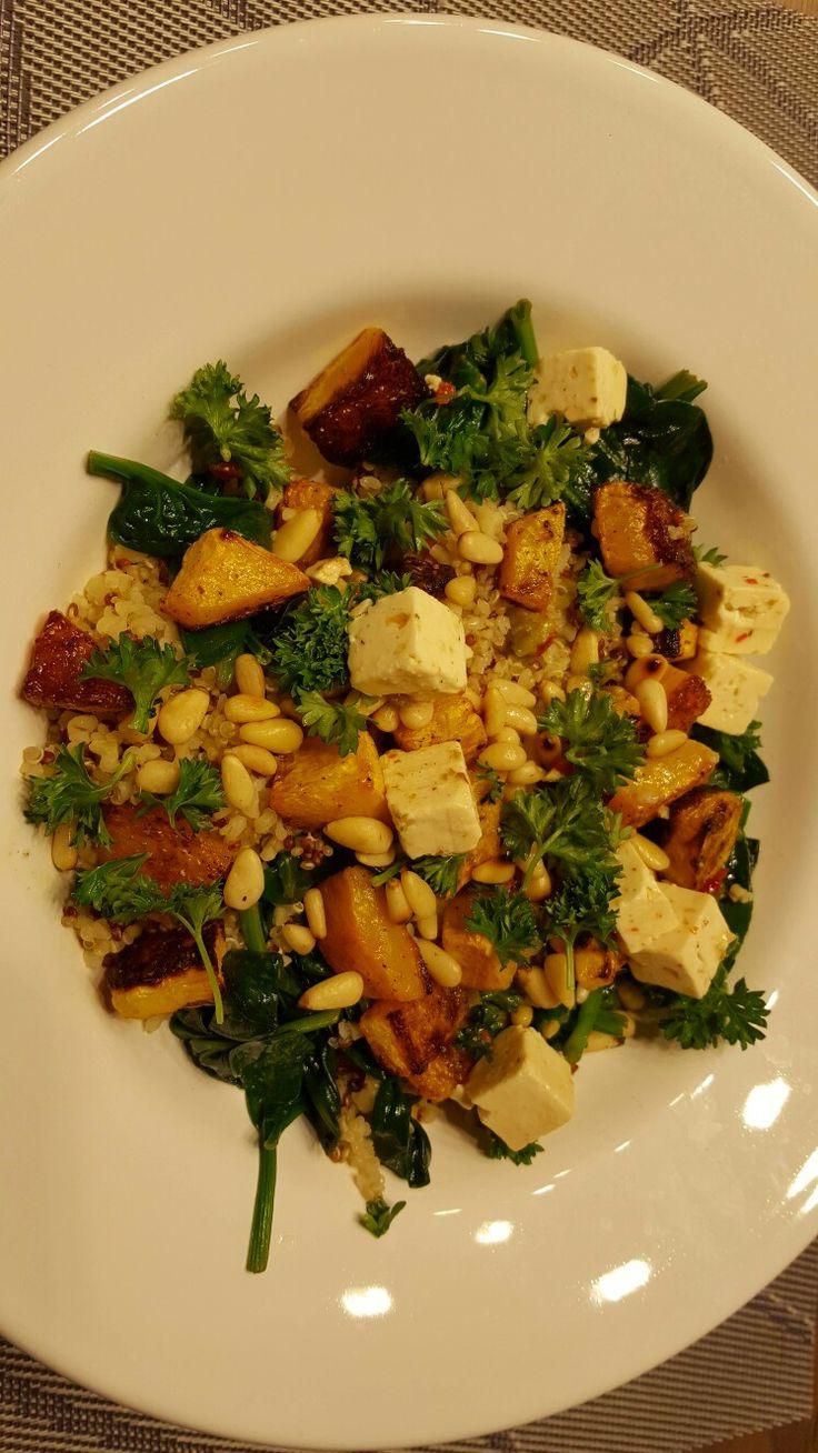 Quinoa (koken in bouillon) met geroosterde pompoen uit de oven (210° 30 min) (bestrooien met olijfolie en beetje peper & zout), babyspinazie, pijnboompitten, feta en peterselie.