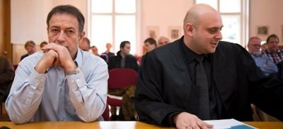"""""""Eddy Scharf verurteilt!"""" so lauten unter anderem die Schlagzeilen seit etwa einer Woche. Am 16.09.2015 fiel das finale Urteil gegen Eduard """"Eddy"""" Scharf, der seine Pokergewinne in Millionenhöhe nun doch versteuern muss. Eddy Scharf bezeichnet die Gerichtsbarkeit als unwürdig und das Verfahren gegen ihn als """"erbärmlich"""". Im Interview nimmt er Stellung zu seiner Veruteilung. Schlechte Karten vor Gericht: Eddy Scharf (l.) mit seinem Anwalt Robert Kazemi"""