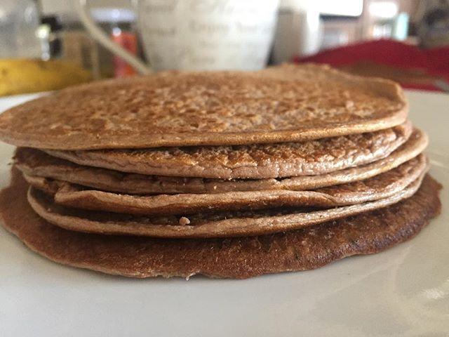 """WEBSTA @ peggysfood - Buenos días!!!""""Panquecas de Proteina""""Buenísimas antes de entrenar y para cuando quieres perder grasa 😉Licúa 1 huevo y dos claras, 1/4 taza de harina de almendra, 1/2 scoop de Whey protein, yo utilice la de Chocolate de #saschafitness, 1 cda. de chia, 1/3 taza de leche de almendras, canela, edulcorante y vainilla al gusto. Quedan finitas y suaves, salen 6 panquecas medianas. #Peggysfood #SuperFit #buenprovecho"""