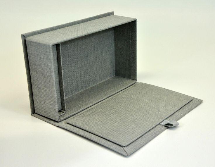 Box con bunch rivestito in tela. ricopertura in tela grigia. Scatola portafoto con spazio per penna usb. Campionario per fotografi Flip box canvas coating for photographer