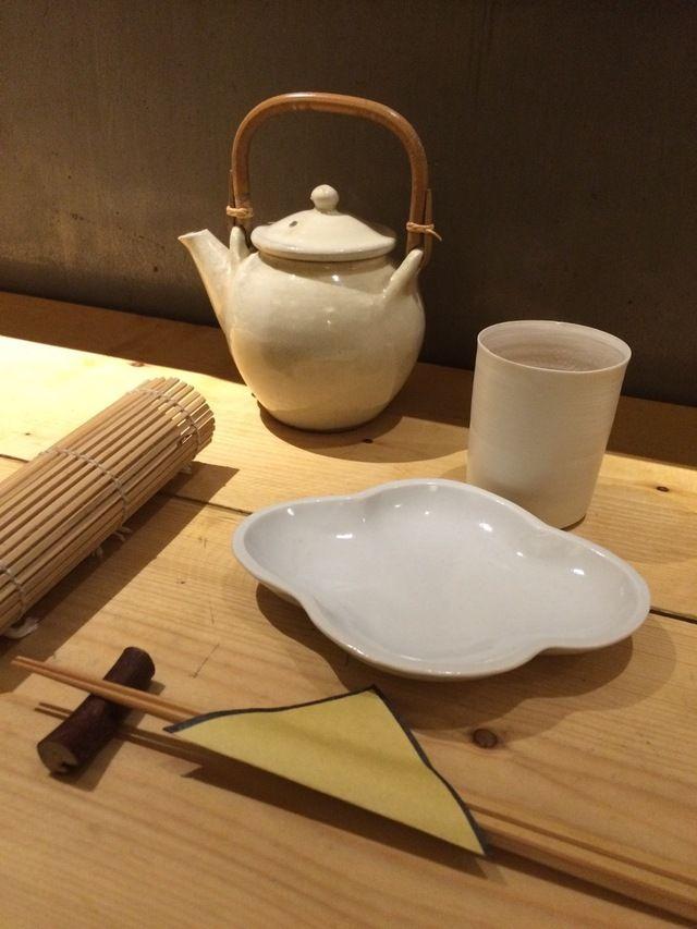 おもてなしの流儀<9>和の食卓は「白い器」だけを集める | モダンリビング編集長下田結花「インテリアの小さなアイデア」 | mi-mollet(ミモレ) | 講談社