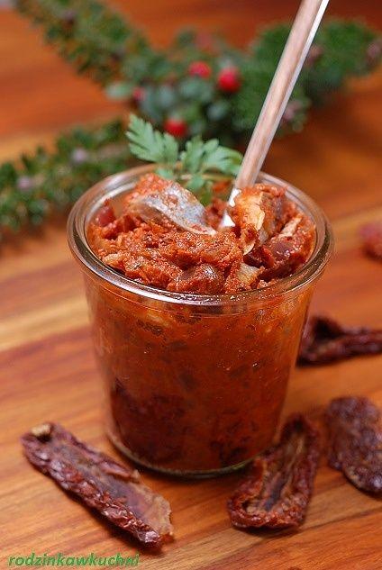 Śledzie z suszonymi pomidorami i pieczoną papryką