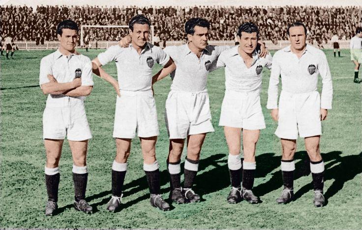 """Años 40, delantera del Valencia conocida como """" La traca"""". De izquierda a derecha: Epi, Amadeo, Mundo, Asensi y Gorostiza."""