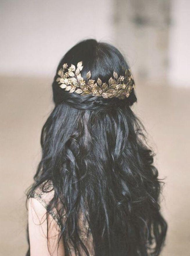 Die Kombination aus goldenem Haarschmuck und schwarzem Haar hat etwas Magisches und Märchenhaftes. Mehr können wir nicht sagen. #haircolor #warmblackhai ...