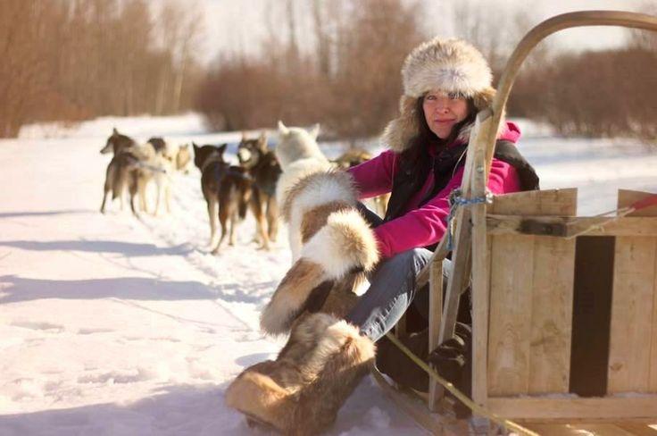 Randonnée en traîneaux à chiens. Le bonheur! / Dog sledding. What a great winter activity!   Photo: Marina Fontaine