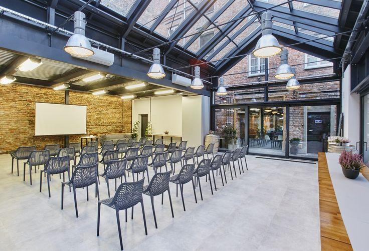 ArtBistro to niezwykle stylowa restauracja mieszcząca się w przedwojennej,całkowicie odrestaurowanej, praskiej kamienicy. To miejsce tętniące artystycznymżyciem, którego tłem stała się warszawska Praga. Niepowtarzalną atmosferę tworzypołączenie cegły z przeszklonymi ścianami i sufitem pozwalające zajrzeć do środkaotaczającej budynek zieleni. ArtBistro sprawdzi się podczas imprez kulturalnych:wernisaży, koncertów i pokazów mody. To również idealne miejsce na wszelkiegorodzaju…