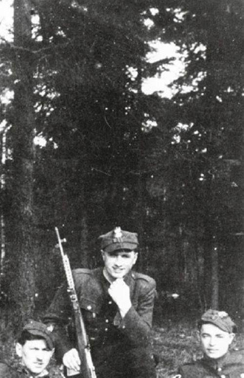 """Partyzanci WiN z Puszczy Knyszyńskiej; od lewej: Józef Piłaszewicz """"Zgrzyt"""", Kazimierz Siemieńczak """"Pionek"""" i Bronisław Popiołek """"Górski"""". Wszyscy trzej byli żołnierzami Obwodu AK Białystok; 1945 w Zgrupowaniu """"Piotrków"""" AK-AKO w Puszczy Knyszyńskiej pod dowództwem mjr. Aleksandra Rybnika """"Jerzego"""". W okresie od marca 1946 do kwietnia 1947 """"Zgrzyt"""" dowodził oddziałem partyzanckim WiN zorganizowanym z pozostałości 1 kompanii tej jednostki. Stoczył wiele walk z grupami operacyjnymi UB-KBW."""