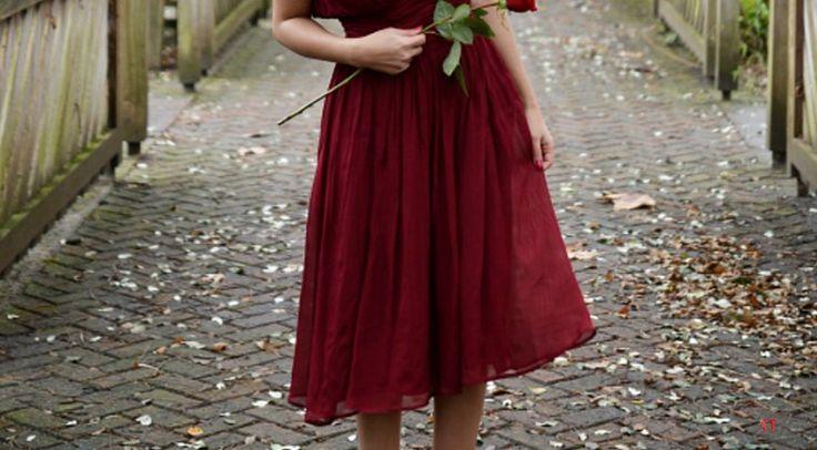 Contoh model gaun pengantin bewarna merah yang cantik dan anggun sangat cocok untuk semua bentuk badan
