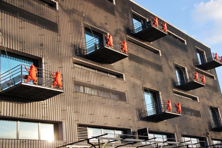 Lyon Confluence : les grenouilles sur les balcons de mon bureau (Wilmotte architecte)
