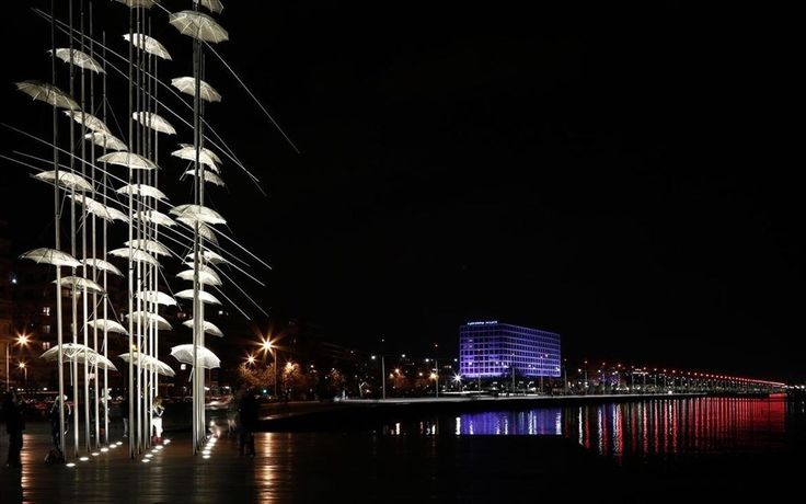 Νυχτερινή φωτογραφία από τη νέα  νέα παραλία της Θεσσαλονίκης.