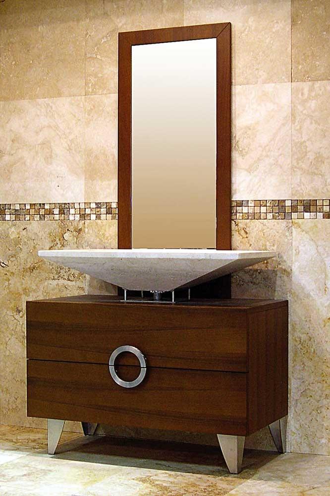 Il rivestimento alle pareti e il lavabo realizzati con la stessa ...