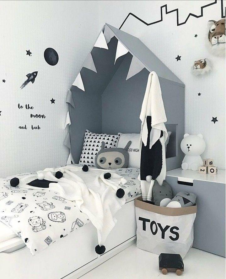Quando vimos essa foto pela primeira vez, pensamos que era um desenho de tubarão sobre a cama! O…