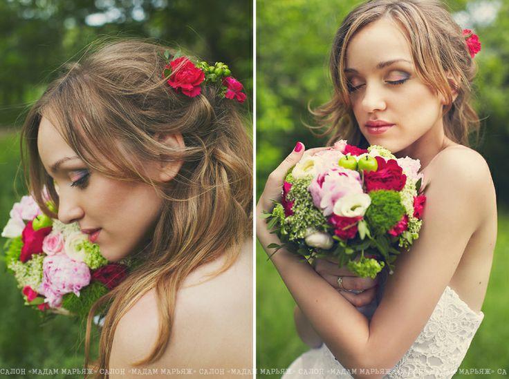 Нежная невеста Ольга с легкой летней прической и ярким букетом, отражающим все цвета торжества!
