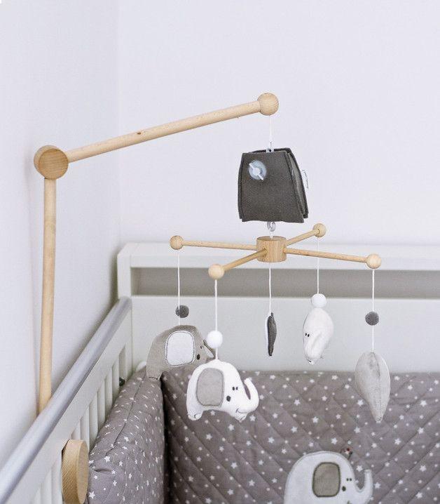 Elefanten - Musik-Mobile. Schmücken Sie das Babyzimmer mit diesem Musikmobilé zum Aufziehen. Die Figuren drehen sich sanft zur Musik und fesseln die Aufmerksamkeit Ihres Babys. Fördert die visuelle...