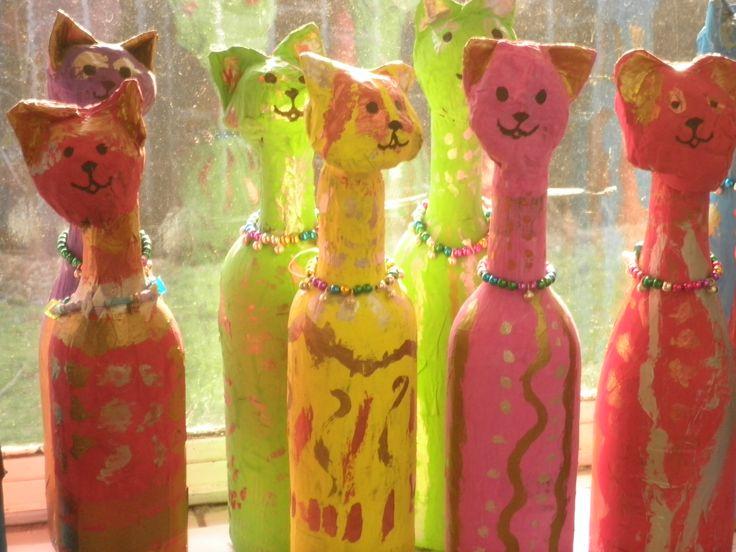 Egyptische katten van papier maché om een fles gemaakt in groep 4