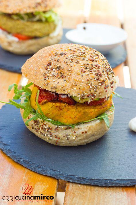 """I burger di ceci con carote e tonno sono un'ottima alternativa a chi non vuol mangiare carne e hanno un apporto di sostanze importanti per il nostro organismo. Il pane utilizzato, chiamato """"pane etnico"""", è stato realizzato con un pregiato blend di Teff, canapa, quinoa e chia. Sul panino semi di quinoa chiara e quinoa rossa, semi di chia e semi di canapa decorticati. E' un panino a basso contenuto di zuccheri, fonte di proteine, un basso contenuto di grassi."""