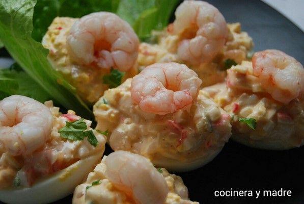 Esta receta de huevos rellenos de marisco, es muy sencilla y bastante económica, ya que los mariscos que lleva son gambas y surimi o palitos de cangrejo,