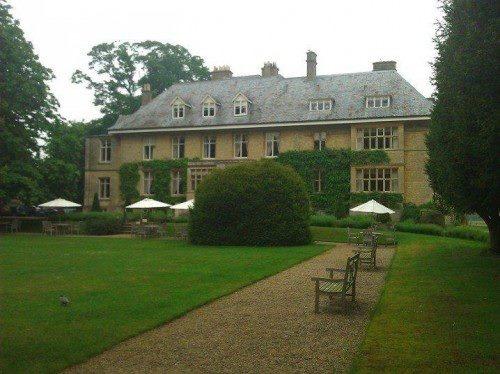 Özellikle eski yapılar restore edilmiş ya da korunmuş olarak lüks otel ve SPA merkezleri olarak hizmet veriyorlar... Daha fazla bilgi ve fotoğraf için; http://www.geziyorum.net/oxfordshire-gloustourshire/