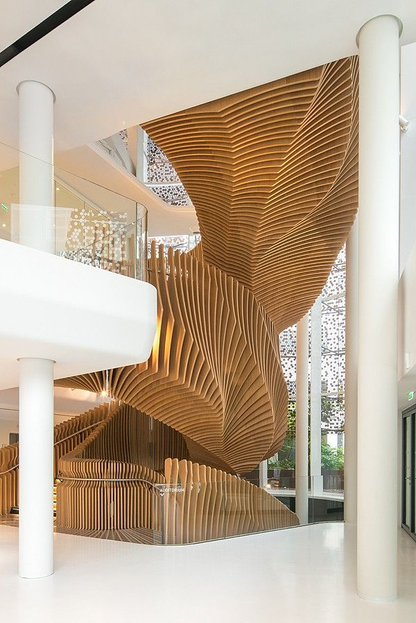 Ora Ïto signe les nouveaux bureaux du Pôle Média LVMH au 10 Grenelle dans le 15ème à Paris. Un pavillon lumineux sur 4 niveaux transpercés par le mouvement