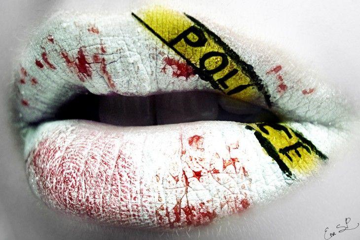 labios rojos y blancos con una linea amarilla que dice policía