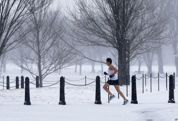 Seorang pria yang tidak diketahui identitasnya berlari dengan mengenakan pakaian biasa di National Mall selagi salju turun di Washington, menyebabkan sekolah-sekolah dan pemerintah federal AS tutup.