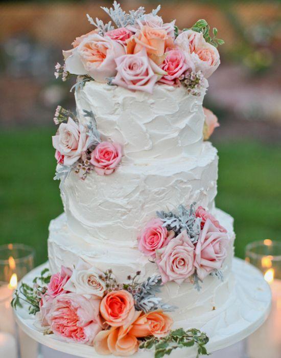 As flores deram um toque de cor ao bolo todo branco. A textura complementa a criação.