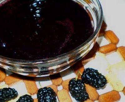Варенье из шелковицы — шелковичный джем  Эта заготовка скорее джем, чем варенье. Но иногда нет необходимости в сохранении целых ягод (или, наоборот, в собранном урожае много примятых плодов). Для джема необходимо промыть ягоды и оставить их подсыхать. В это время готовим сироп из расчета 1,1 кг сахара и 300 мл воды на килограмм ягод. Сваренный сироп отставляем в сторону, а ягоду пропускаем через мясорубку. Мятые плоды шелковицы и сироп соединяем, доводим до кипения и закатываем в банки.