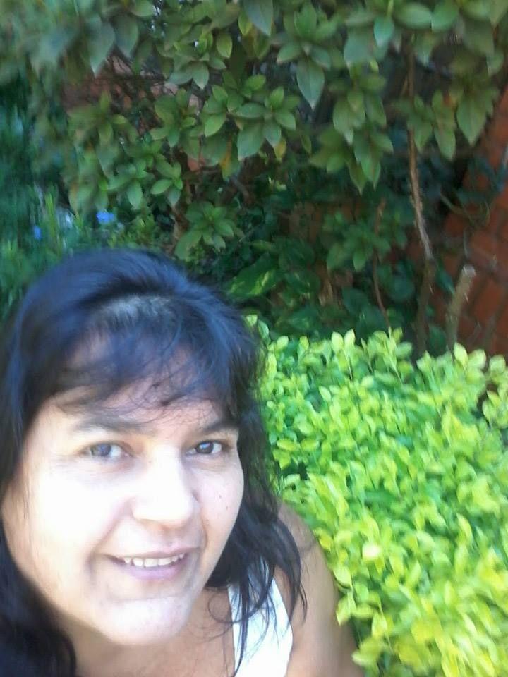 Mi selfie con fondo verdes en contraste, color preferido y naturaleza viva.