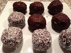 Hjemmelavet Romkugler, prøv disse lækre romkugler som er hjemmelavet. De smager som dem fra din lokale bager. Romkuglerne er super nemme at lave og de smager rigtig godt.