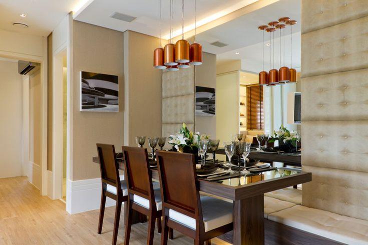 Sala de jantar com pendentes sobre a mesa e espelho para ampliar