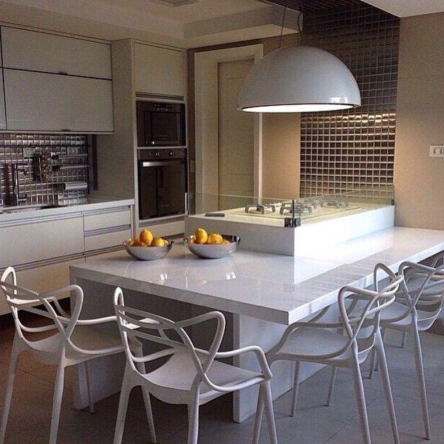 Bom Dia Amores!! ❤️ Olhem que Cozinha mais linnnnda!!!  O fogão com mesa em volta é uma super dica pra quem gosta de cozinhar e receber os amigos!!!  E as cadeiras Allegra!?! Amooooooo  #inspiração #decor #design #interiordesign #arquitetura #decoração #homedecor #papodecora #blogpapodecasada #papodecasada