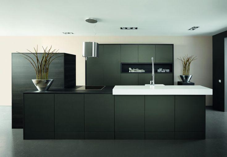Een strakke, zwarte keuken is helemaal in. De keuzen is grotendeels zwart en heeft een deels wit aanrechtblad. Dat geeft de keuken een unieke uitstraling. Interessant detail van deze zwarte keuken: de gave kraan.