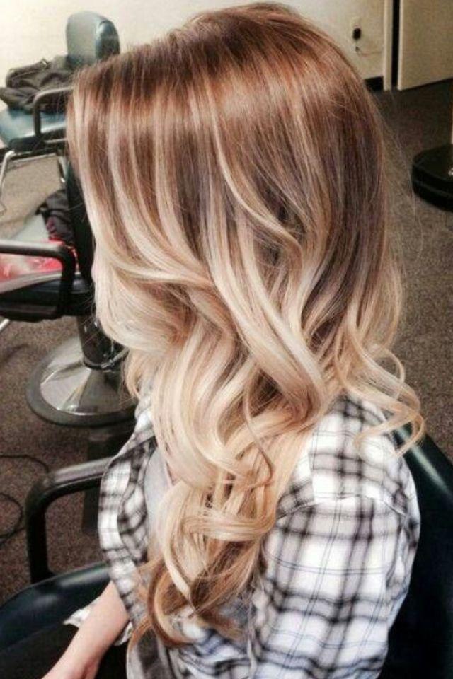 Beautiful ombré on long blonde hair, with loose waves. //   Très joli tie and dye sur cheveux longs et blonds avec des ondulations très souples.