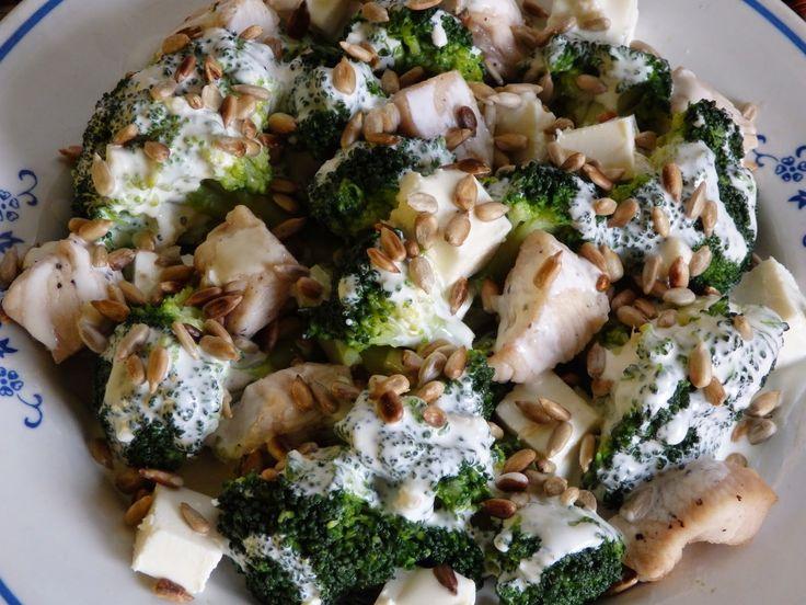 Monia miesza i gotuje: Sałatka brokułowa z kurczakiem i fetą