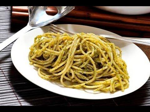 Espagueti en salsa de pesto. Receta tradicional de la cocina italiana. Se puede servir como entrada, plato fuerte o guarnición.