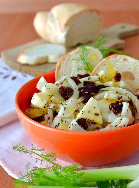 una ricca e dolce insalata #finocchi #mele #uvetta #ricetta http://bit.ly/2kbrjpF