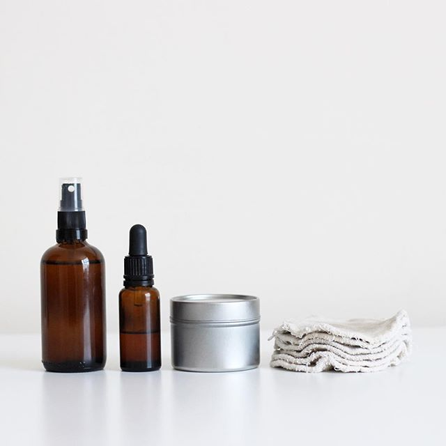 [EN] My Minimalist, Cruelty-free and (Almost) Zero Waste Skincare Routine • From left to right: Apple cider vinegar with water (toner) • Homemade jojoba and rosehip oil blend (night moisturizer) • Coconut oil (day moisturizer and makeup remover) • Reusable cotton rounds. • I have been following this routine for a little more than 3 years now. Both my skin and budget are happier, and I'm making far less impact on the planet than I used to. Plus, all my bathroom products (makeup included) fit…