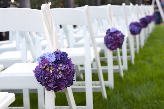Another use of pomanders for aisle markers. Sweet purple globes make this outdoor wedding pop against the green grass and white chairs