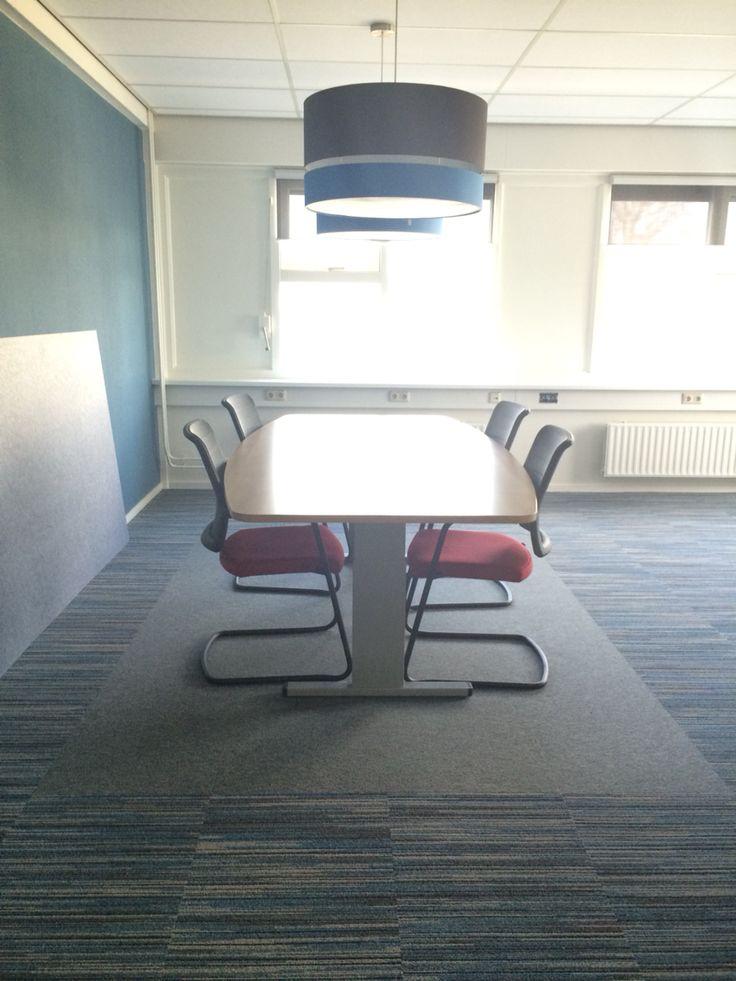 Desso vloertegels met apart effen vlak onder de vergadertafel. Lampen ByPaula. Fabriek - Heerenveen