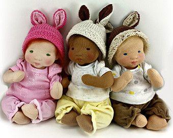 Baby Sock Monkey Kit  ** Geen restitutie gegeven voor patroon aankopen, wees u ervan bewust dat u een patroon om te maken van het speelgoed, niet de reeds gemaakte speelgoed koopt. Dit is een digitale kopie, niet gedrukt exemplaar. Patroon in het Engels geschreven.  * Basis naaien vaardigheden.  Dit is het patroon en leveringen aan de originele Baby Sock Monkey gemaakt door de leukste creaties. U leert sok Toy technieken evenals de stap-voor-stap-proces voor het maken van deze schattige…